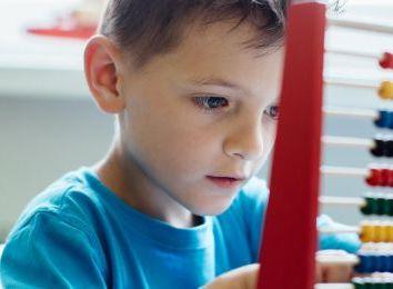 Rolety nad biurkiem, czyli jak stworzyć idealne miejsce do nauki w domu?